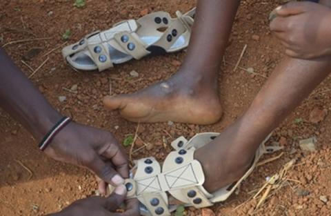 하루가 다르게 성장하는 저개발 국가 어린이들을 위해 늘어나는 신발이 개발됐다 ⓒ TSTG