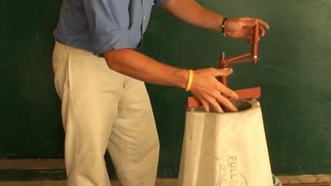 땅콩 탈각기는 콘크리트와 철골로만 이루어진 단순한 구조로 되어 있다 ⓒ Full Belly Project
