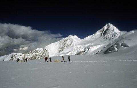 다서푸에서 얼음 코어를 운반하는 연구진